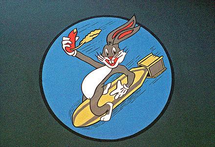 Bugs Bunny représenté sur le nez d'un avion bombardier.