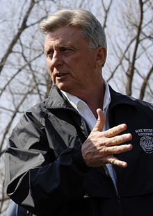 FEMA - 34604 - Arkansas Governor Mike Beebe in the field (cropped).jpg