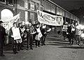 Fakkeldemonstratie op het Stationsplein door Amnesty International afdeling Haarlem. Aangekocht in 1985 van United Photos de Boer bv. - Negatiefnummer 24715 k 6. - Gepubliceerd in het Haarle, NL-HlmNHA 54016572.JPG