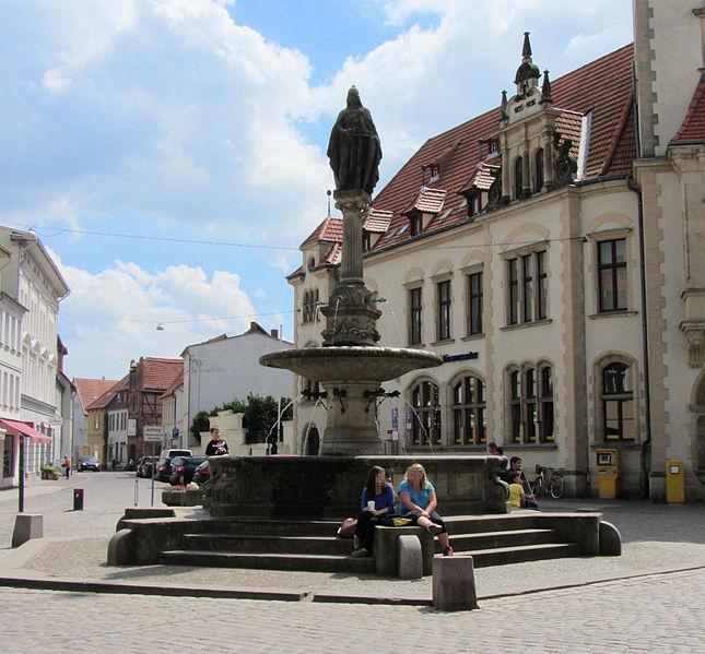 Datei:Güstrow Borwin-Brunnen Pferdemarkt 2012-07-11 137.JPG