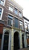 Woonhuis met poortdoorgang in traditioneel-ambachtelijke stijl met invloeden van neo-classicisme