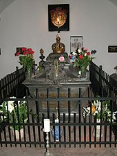 Blumenschmuck am Sarkophag (Quelle: Wikimedia)