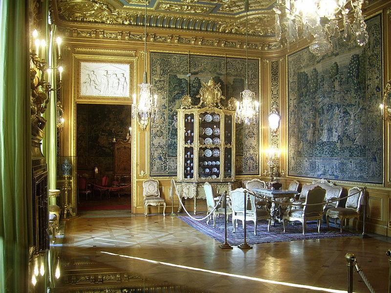 Bild från Stora salen på Wikimedia Commons. En av de bilder som kan förbättras.