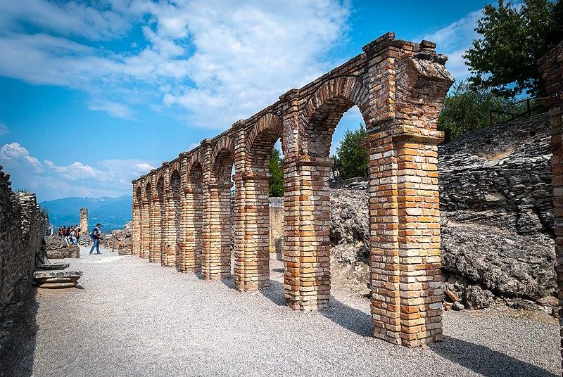 File:Grotte di Catullo - Sirmione.jpg