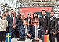Gruppenbild Unterzeichnung des Partnerlandvertrags 2019 mit Schweden durch Fredrik Fexe und Marc Siemering auf der Hannover Messe 2018 02.jpg