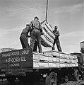 Handelskade De trucks worden geladen om de winkels te bevoorraden, Bestanddeelnr 900-3348.jpg