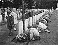 Herdenking strijd Arnhem, Airbornekerkhof, schoolkinderen versieren graven, Bestanddeelnr 906-7258.jpg