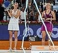 Higueras entrega el premio Mutua Madrid Open a Kvitova, la primera tenista tricampeona del torneo 03.jpg