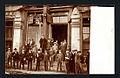 Hombres fuera de un edificio, terremoto 1906 valparaíso.jpg