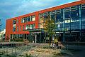 IGS Kronsberg, Integrierte Gesamtschule, Sekundarstufe II, Kattenbrookstrift 30, Blick am frühen Abend von rechts Richtung Haupteingang.jpg