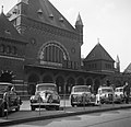 Ingang van het Centraal Station de Vesterbrogade met geparkeerde auto's op de vo, Bestanddeelnr 252-8817.jpg