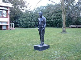 Institute of Astronomy, statue of Sir Fred Hoyle - geograph.org.uk - 372582.jpg
