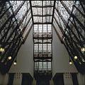 Interieur trappenhuis, overzicht gebrandschilderde glas-in-loodlichtkap - Amsterdam - 20366124 - RCE.jpg