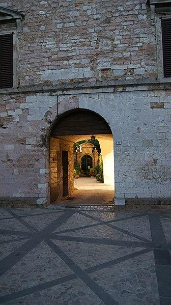 File:Italien-Spello-MariaMaggiore-Durchgang-26.jpg