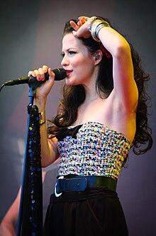Jenni Vartiainen - Ilosaarirock 2010 3.jpg