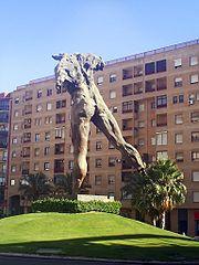 Escultura que representa a un irreconocible Minotauro vencido tras su lucha contra Teseo, situada en Jerez.