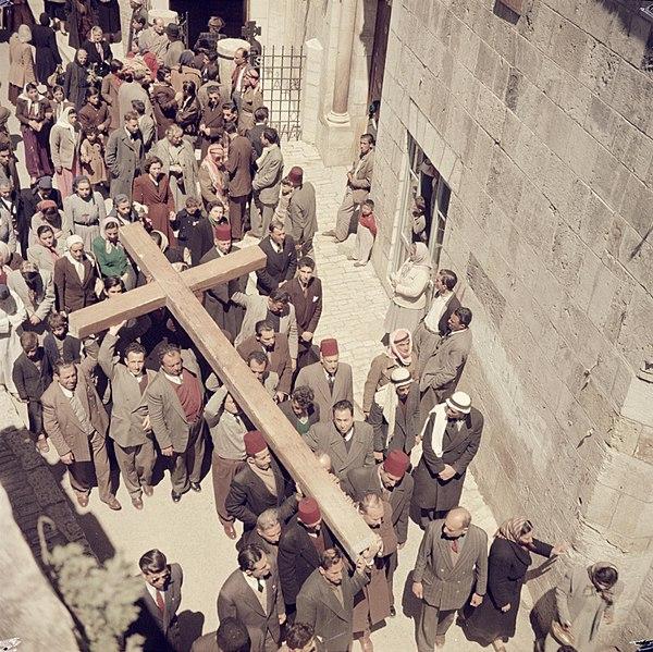 Bestand:Jeruzalem. Pelgrims in een processie op Goede Vrijdag in de Via Dolorosa op weg, Bestanddeelnr 255-9769.jpg