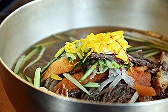 Naengmyeon - Image: Jinju naengmyeon (cold noodles)