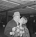Johan Heesters op Schiphol aangekomen Mieke Bos begroette hem met bloemen, Bestanddeelnr 915-8253.jpg