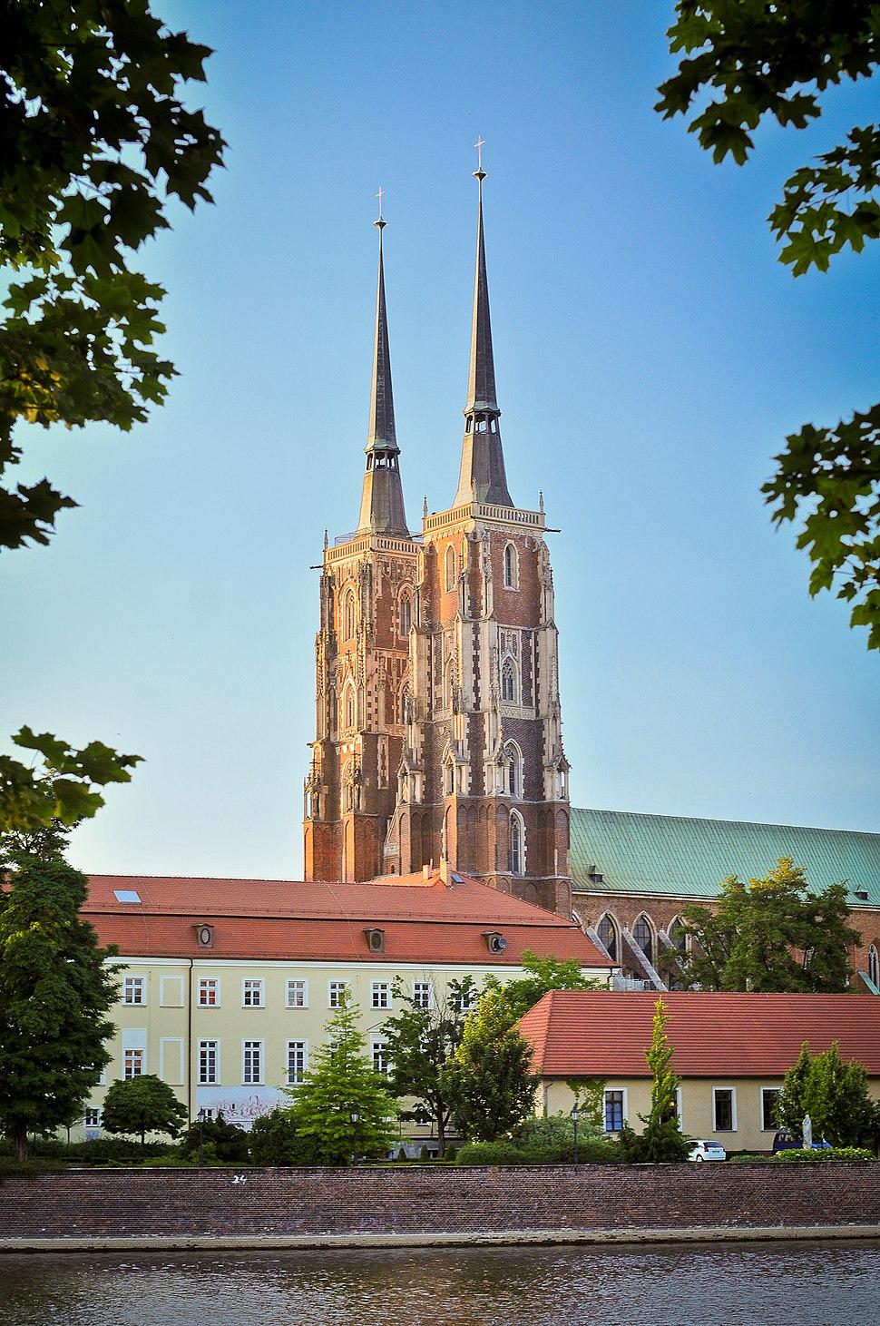 Katedra św. Jana Chrzciciela we Wrocławiu - widok z bulwaru z drugiej strony Odry