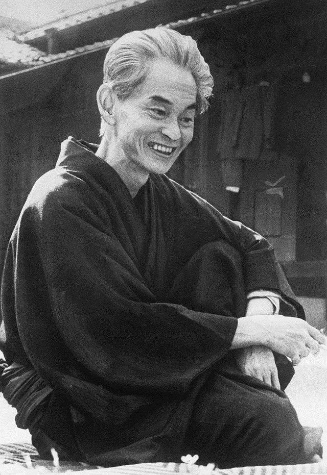 https://upload.wikimedia.org/wikipedia/commons/thumb/0/05/Kawabata_Yasunari_1968.jpg/640px-Kawabata_Yasunari_1968.jpg