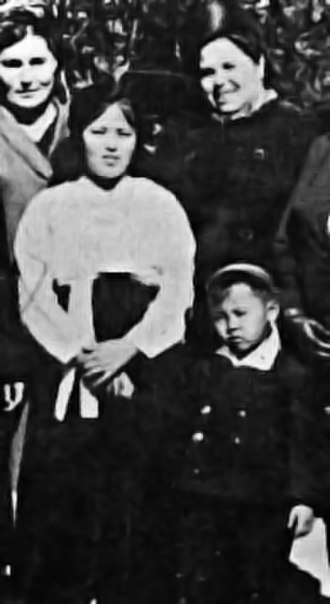 Kim Il-sung - Kim's first wife, Kim Jŏng Suk, and son, Kim Jong-il