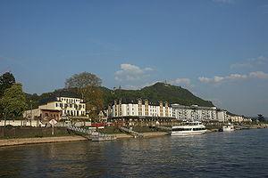 Königswinter vom Rhein aus, Drachenfels und Drachenburg im Hintergrund