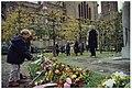 Leerlingen van de Bavoschool leggen een krans bij het verzetsmonument naast de Sint Bavo Kathedraal, ter herdenking van de tien mannen die op 26 oktober 1944 werden geëxcecuteerd als vergeld, NL-HlmNHA 54035233.JPG