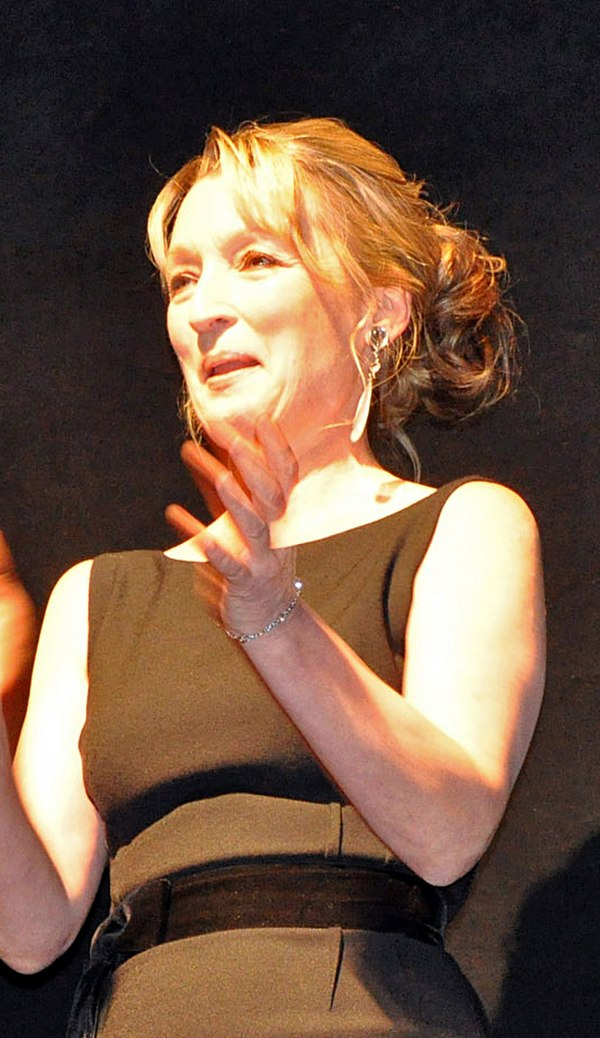 Photo Lesley Manville via Wikidata