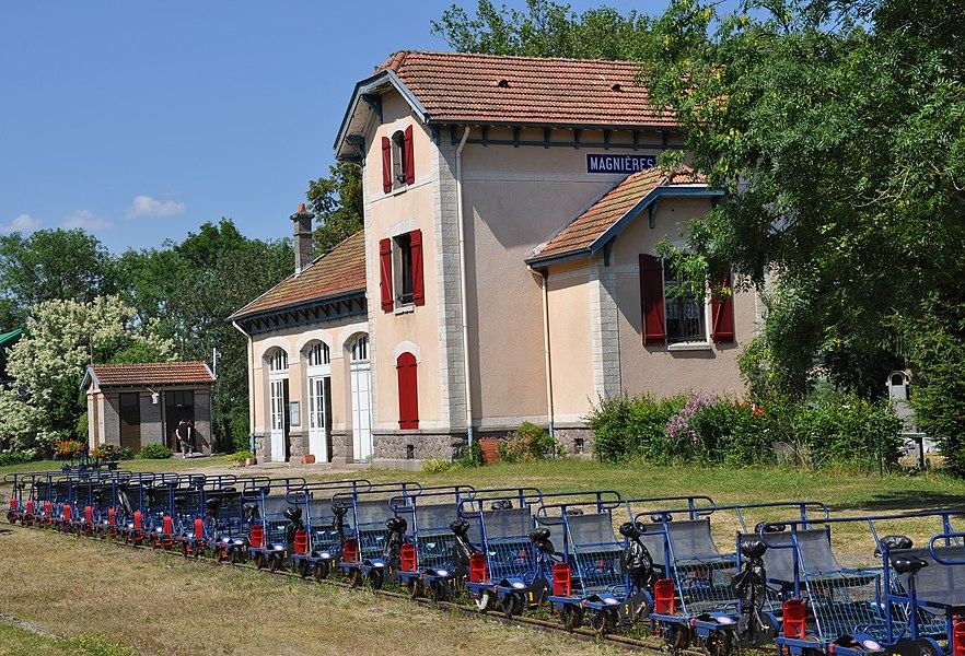 L'ancienne gare de Magnières en Meurthe-et-Moselle, avec les draisines au premier plan