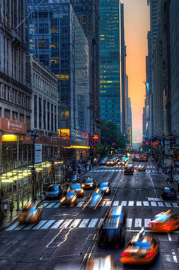 https://upload.wikimedia.org/wikipedia/commons/thumb/0/05/Manhattanhenge_in_may_2011.jpg/350px-Manhattanhenge_in_may_2011.jpg