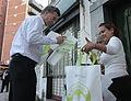 Mauricio Macri repartió bolsas reutilizables y biodegradables por los supermercados de Palermo (8051244678).jpg
