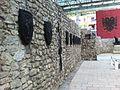 Mburojat e fiseve ne vendvarrimin e Skenderbeut.JPG