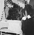Mevrouw Kennedy bezoekt het Burgerweeshuis te Amsterdam, Bestanddeelnr 913-5643.jpg