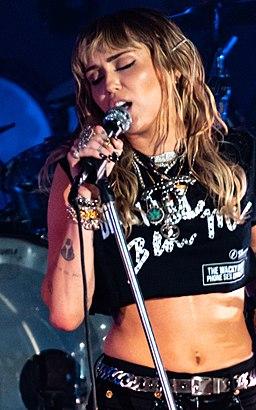 Miley Cyrus Primavera19 -231 (48986108626) (cropped)
