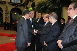 Temístocles Montás - Minister Temístocles Montas shakes hands to the President of Guatemala Álvaro Colom.