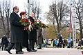 Ministru prezidents Valdis Dombrovskis piedalās ziedu nolikšanas ceremonijā pie Brīvības pieminekļa (6357970337).jpg