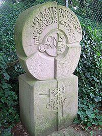 Monumento dedicato a Forster a Stevenage (Hertfordshire) vicino a Rooks Nest dove Forster è cresciuto e su cui si è ispirato per Casa Howard