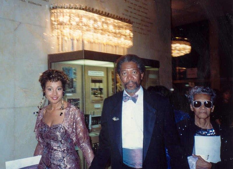 元妻(左)と母親(右)とのフリーマン、1990年 Wikipediaより