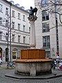 Munchen fontanna Czerwonego Kapturka 1.jpg