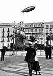 Napoli, Sguardi all'insù, il dirigibile.jpg