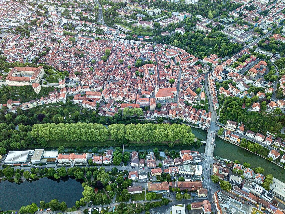 Neckarinsel und Platanenallee vor der Altstadt in Tübingen.jpg