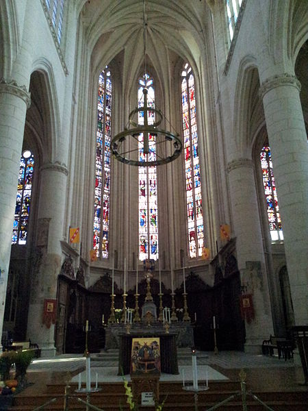 Nef de la basilique Saint-Nicolas à Saint-Nicolas-de-Port vue en direction du chœur. Vitrail de la fenêtre de gauche attribué à Georges Millereau. Les deux autres sont de Nicolas Droguet. Vitraux réalisés vers 1510.