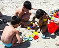 Niños jugando en la playa.JPG
