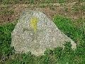 Niedersachsen, Rosengarten, nordwestlich von Klein-Leversen, Wanderblockteilstück mit eingehauenem Kreuz, Naturdenkmal ND WL 00018.jpg