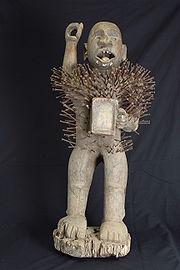 Antropomorf träskulptur, späckad med naglar