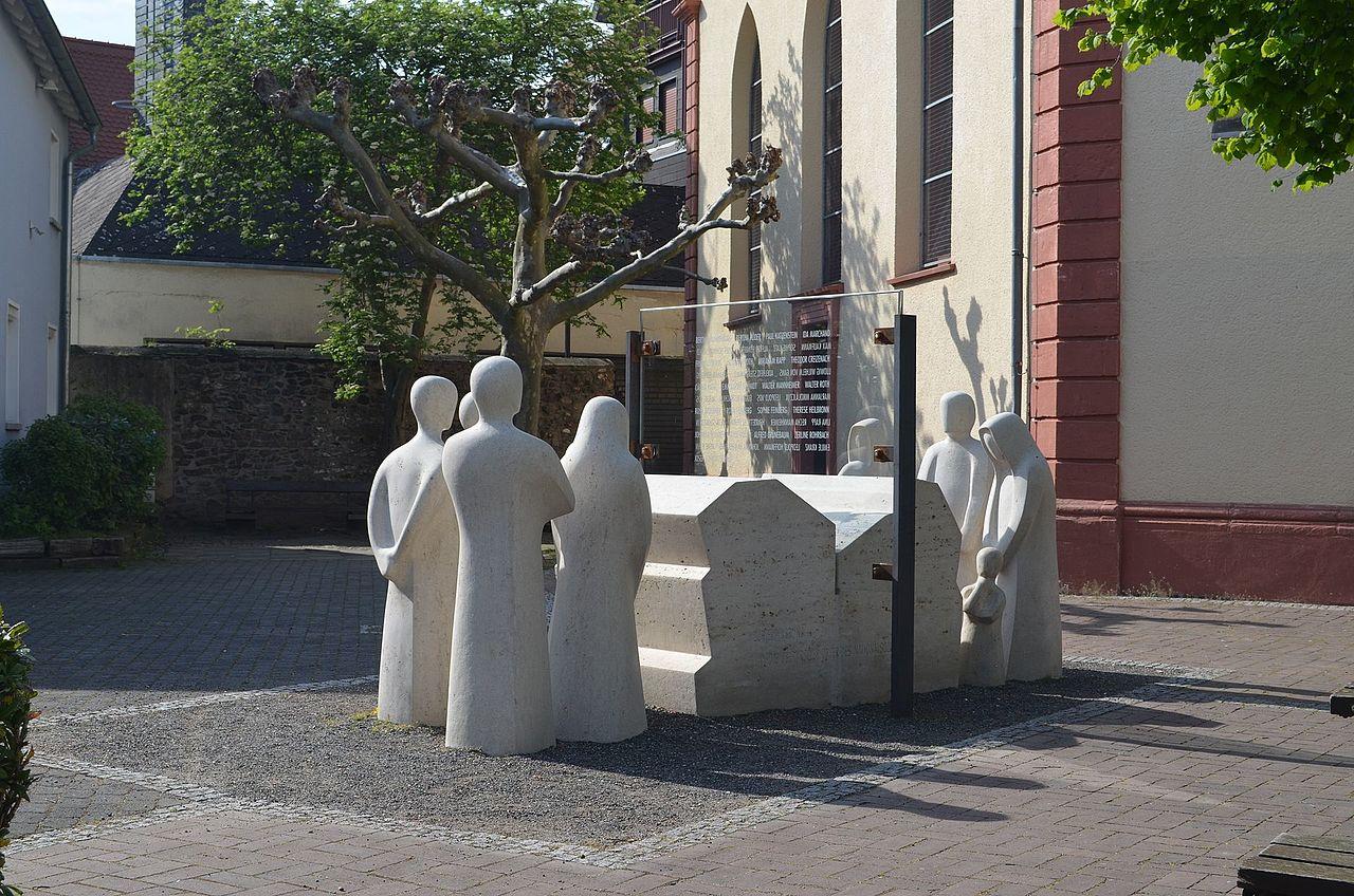 Oberursel, Opferdenkmal, Vollständig.jpg