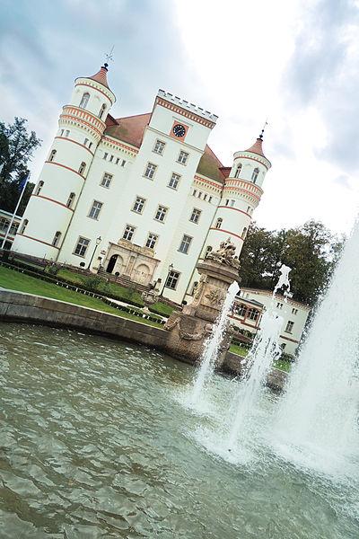 File:Pałac i fontanna - Wojanów.jpg
