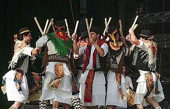 Apresentação de pauliteiros na Festa do Avante! de 2005.