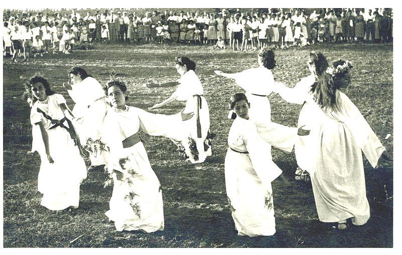 רוקדות בטקס שבועות